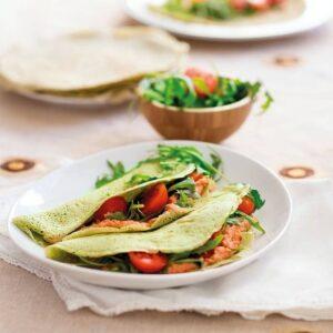 Vegetariska basilikapannkakor med soltorkad tomatbönkräm