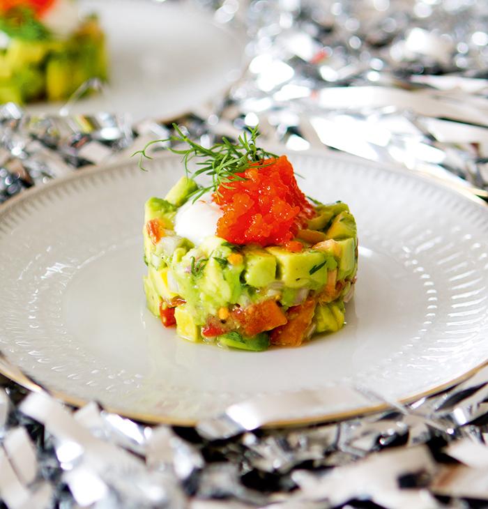 vegetarisk förrätt med avokado
