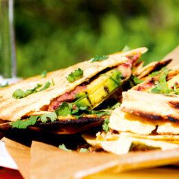 Grillad tortilla med vegetarisk jordnötsröra och mango