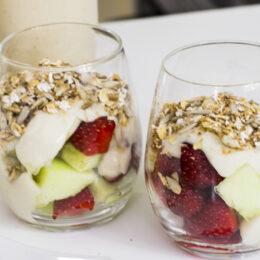 Krämig yoghurtdessert med rostad müsli