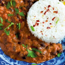 Vegetarisk Bönstroganoff med ris och syrad lök