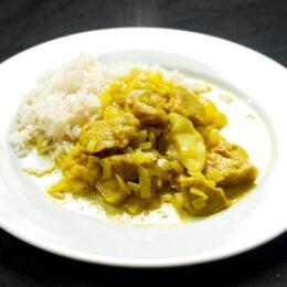Vegetarisk curry med äpple och lök