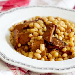 Het vegetarisk böngryta med chorizo och vitlök