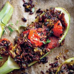 Fylld ugnsbakad squash med tomater och rött råris