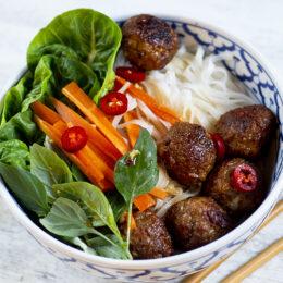 Vegetariska vietnamesiska vegobollar med nudlar (bun cha)