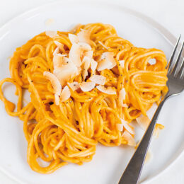 Krämig vegetariska pastasås med rostad sötpotatis