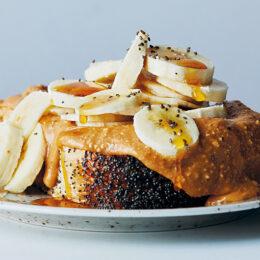 Toast med jordnötssmör, skivad banan och lönnsirap