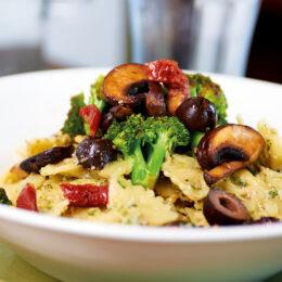 Krämig pasta med örtig zucchinikräm, Broccoli och svamp